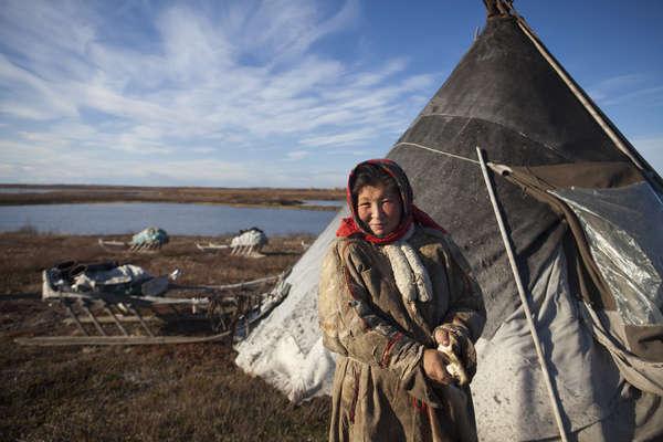 Nenets de Sibérie devant un tchoum