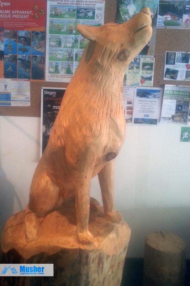 Sculpture de loup en bois