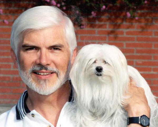 chien-cheveux-blanc-vieux-monsieur