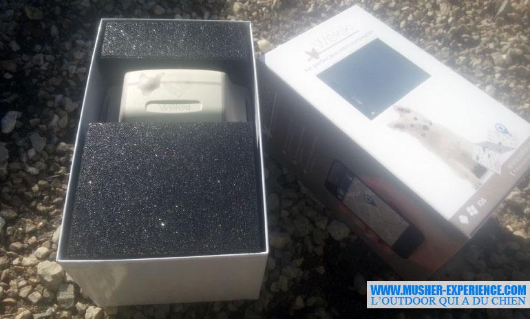 Ma boite Wekiki avec à l'intérieur le collier, le boitier traceur GPS, le câble pour recharger et le guide utilisateur