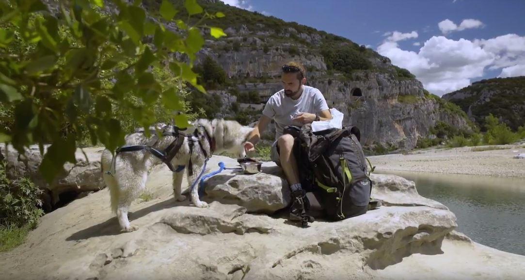 baptiste donne a manger à son chien