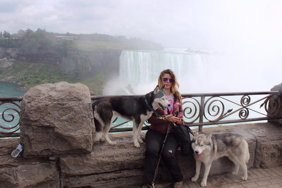 2 husky siberien et leur maitresse aux chutes du niagara