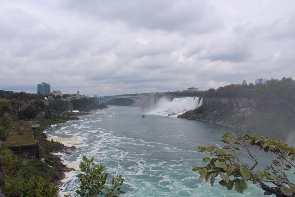 Chute d'eau à côté d'un pont